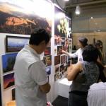 Visitantes observam o painel de fotos